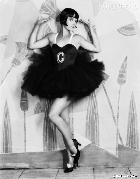 """Danseuse des années 20, dans la revue """"Ziegfeld Follies"""", Louise Brooks détourne le côté très strict des tenues de danseuses classiques avec un tutu noir et des accessoires à strass."""