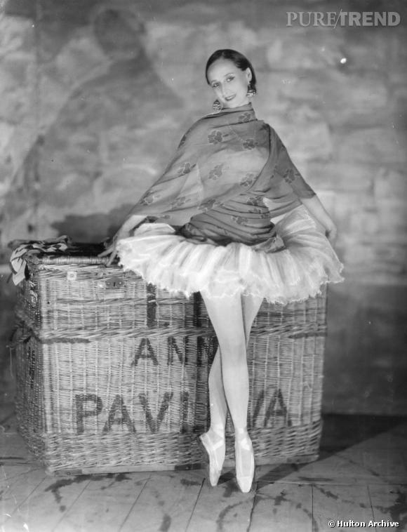 La ballerine Anna Pavlova se juche sur ses pointes pour prendre la pose.