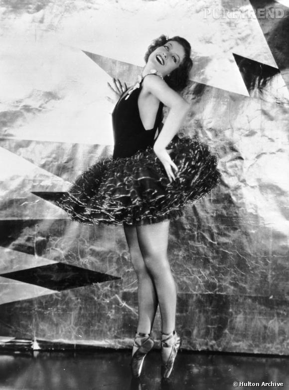 Actrice de l'âge d'Or d'Hollywood, Joan Crawford enfile tutu somptueux et pointes pour prendre la pose.