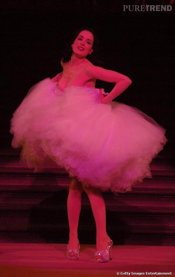 À l'occasion du Blush Ball, la danseuse burlesque Dita Von Teese joue les danseuses avec un tutu oversized.