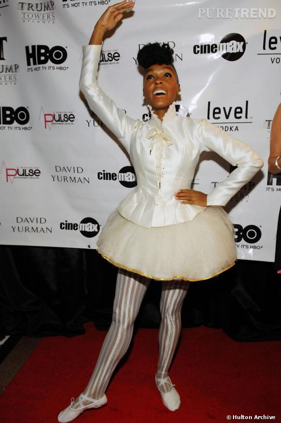 La chanteuse Janelle Monáe revisite à sa sauce l'uniforme de la danseuse de ballet avec les chaussons et respecte, à peu près, la 3e position.
