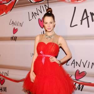 En arborant une robe froufroutante Lanvin pour H&M, Elettra Rossellini est jusqu'au-boutiste et opte pour un élégant chignon.