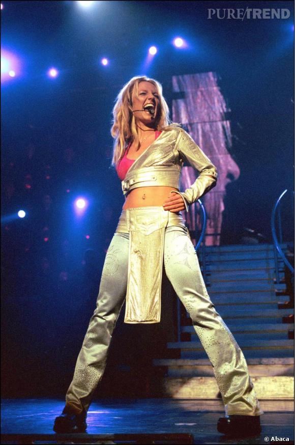 Pour son Oops!... I Did It Again World Tour, à Londres, en novembre 2000, Britney joue la carte du sexy et du look futuriste en bustier argenté.
