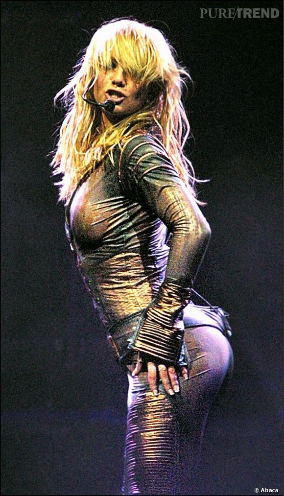 Plus le temps passe, plus la star délaisse son côté petite fiancée de l'Amérique. En 2001, lors de son Dream Within a Dream Tour, la chanteuse adopte une combinaison très moulante.