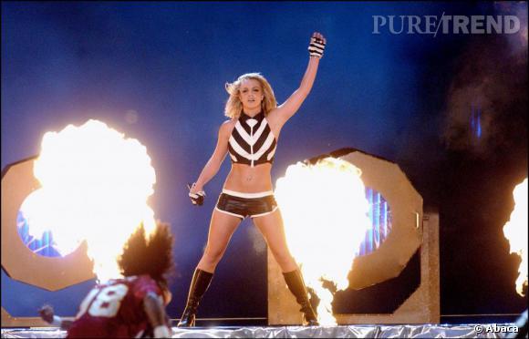 Au  Nfl Kickoff Live en 2003, la chanteuse opte pour le shorty et le cuir et met le feu.