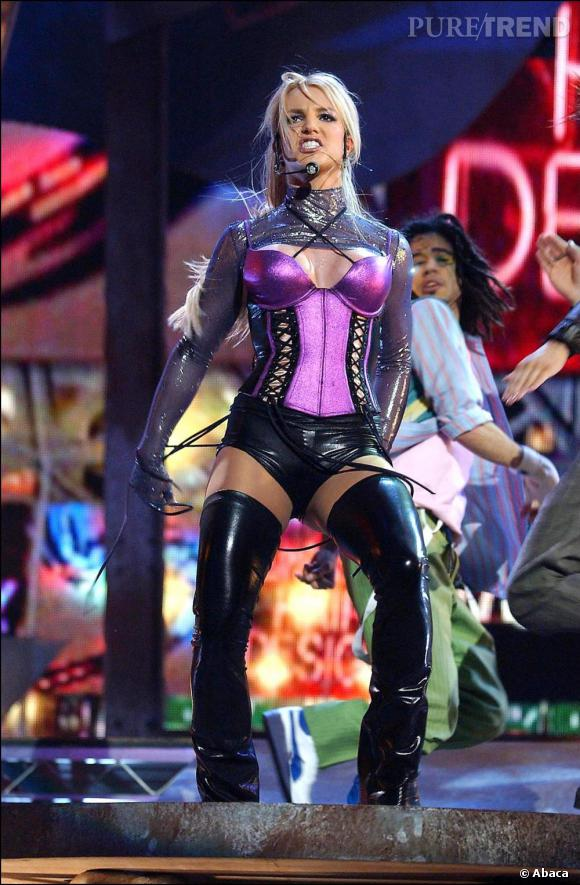 Pour les  31st Annual American Music Awards en 2003, Britney visiblement inspirée par la tendance corset se dévoile sur scène et n'hésite pas à enfiler des cuissardes en latex.
