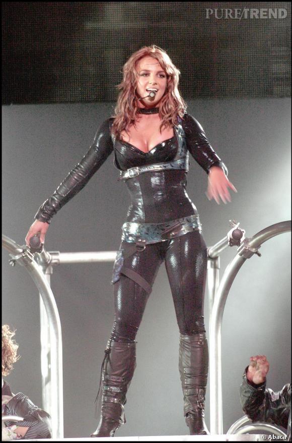 En 2004 pour son The Onyx Hotel Tour, la star se fait de plus en plus audacieuse et apparaît dans une combinaison latex.