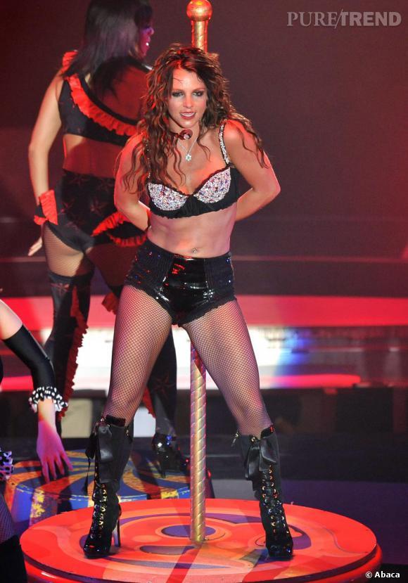 Durant le même show, elle joue les strip-teaseuses en résille et soutien-gorge à sequins.