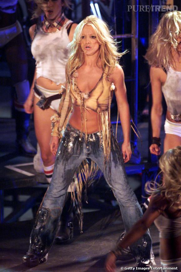 Nominée dans la catégorie artiste féminine pop rock, pour les American Music Awards 2001, la chanteuse assure le show en cow-girl sexy.