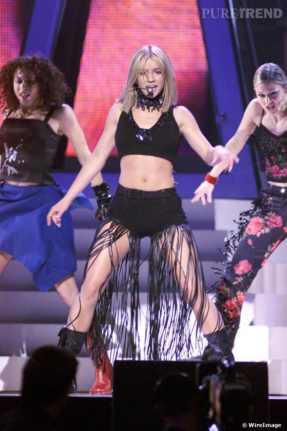 La star enchaîne les apparitions et délaisse de plus en plus les vêtements, comme lors des Billboard Music Awards, en 1999 toujours.
