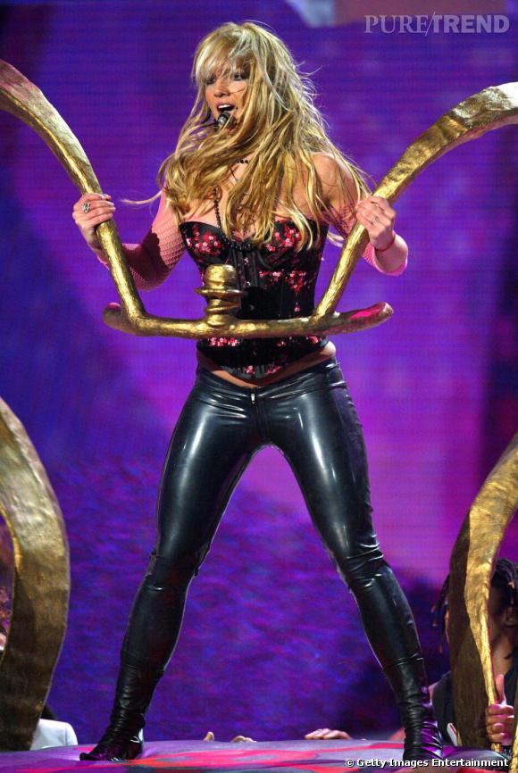 Lors des NRJ Music Awards 2004, la chanteuse performe dans une tenue qui a fait son succès, le pantalon moulant et la taille corsetée.