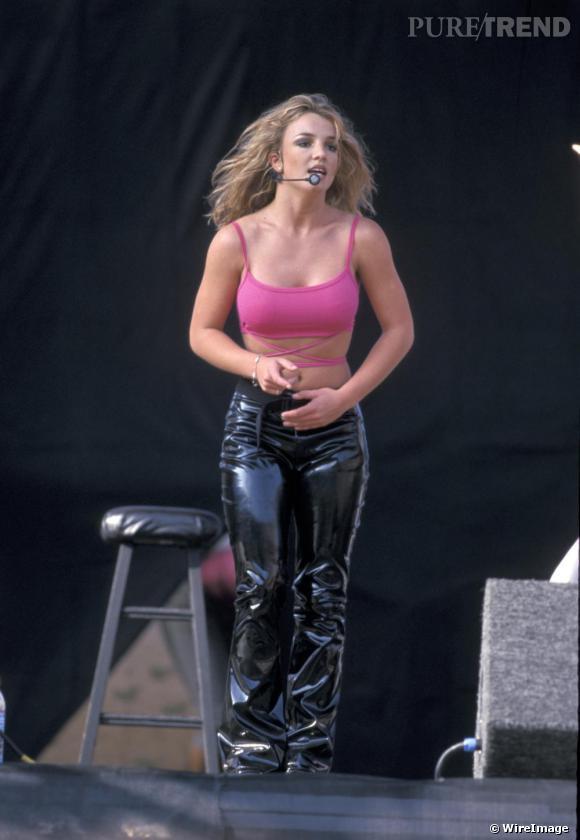 En juin 1999, Britney Spears se produit sur la scène de Wango Tango. Pour l'occasion, la star enfile un pantalon latex et une brassière, son uniforme pré-2000.