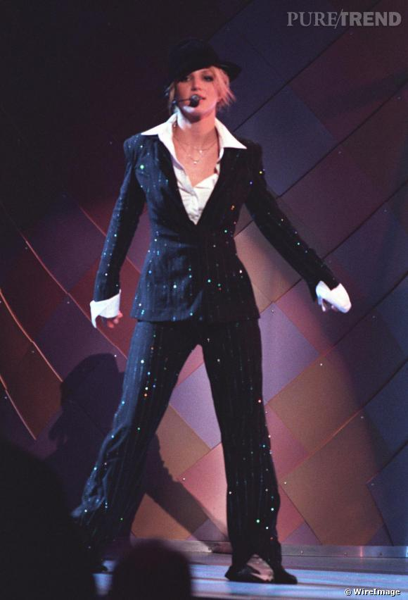 Toujours pour les MTV Video Music Awards de l'an 2000, la chanteuse rend hommage à sa façon au look MJ.