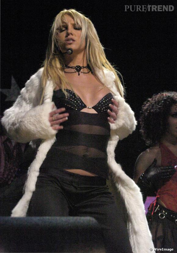 De plus en plus provocante, Britney opte pour la lingerie sur scène lors du KIIS FM's 3rd Annual Jingle Ball, fin 2003.