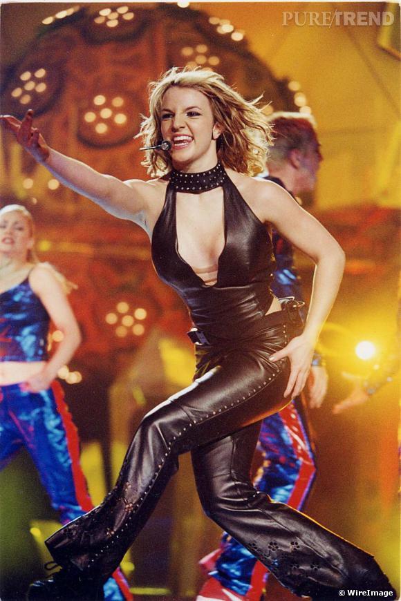 """A l'occasion des MTV Europe Music Awards 1999, où elle remporte 4 prix, dont celui de """"la meilleure chanson"""" et de """"l'artiste féminine de l'année"""", la Pop star s'affiche en combinaison audacieuse."""