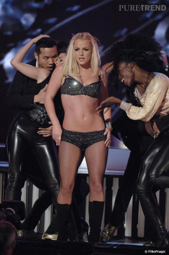 Après un passage à vide, Britney tente un retour, en 2007, à l'occasion des MTV Video Music Awards. Apparaissant en sous-vêtements à sequins, la chanteuse à perdu son sens du show.