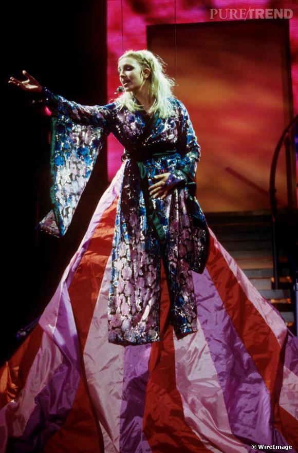 Britney fait de plus en plus dans le spectacle avec des véritables costumes de scène.