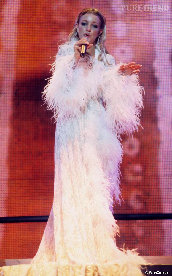 Avant le lancement de sa deuxième tournée baptisée Oops!... I Did It Again, qui sera mondiale, Britney se produit à Baltimore et enchaîne les costumes.