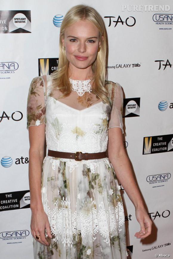 L'actrice prend trop à coeur son côté fleur bleue et opte pour une robe bohème.