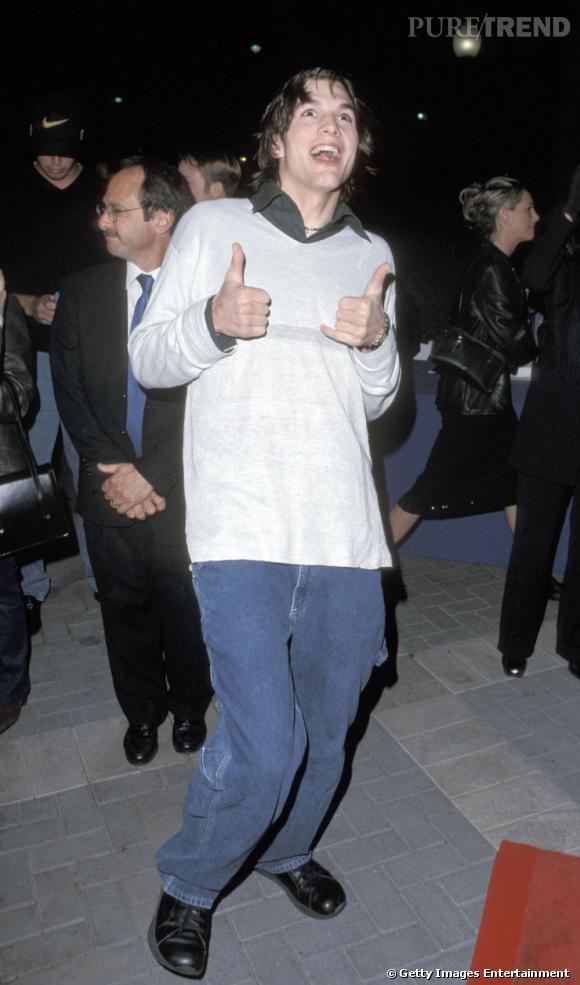 En 1999, Ashton Kutcher fait ses débuts sur red carpet. Encore novice, il ne connaît rien au dress code hollywoodien et opte, sans hésiter, pour une allure de lycéen rat de bibliothèque.