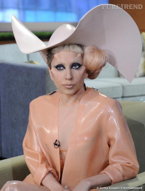 Lady Gaga invitée sur un plateau télé américain se transforme en préservatif jusqu'au visage.