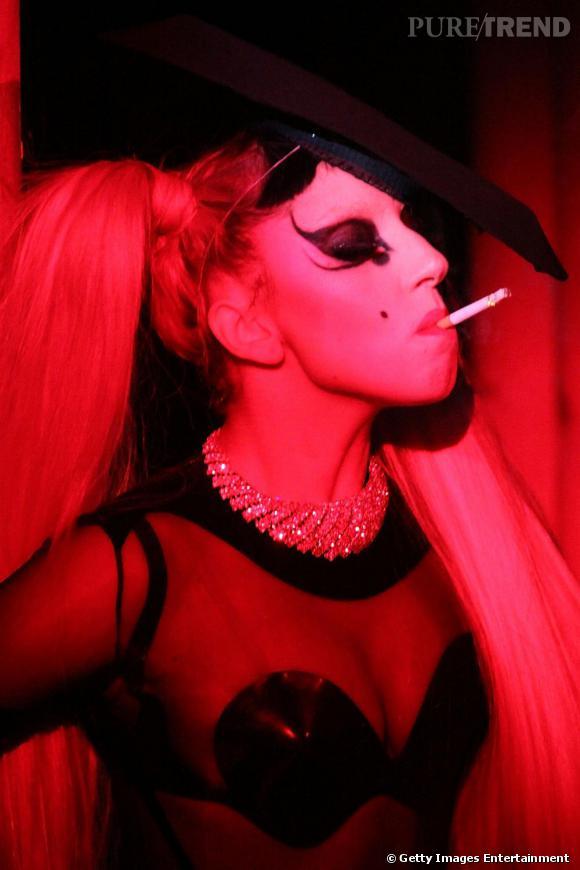"""Ambiance """"sex shop"""" pour Lady Gaga au défilé Thierry Mugler automne-hiver 2011, à Paris."""