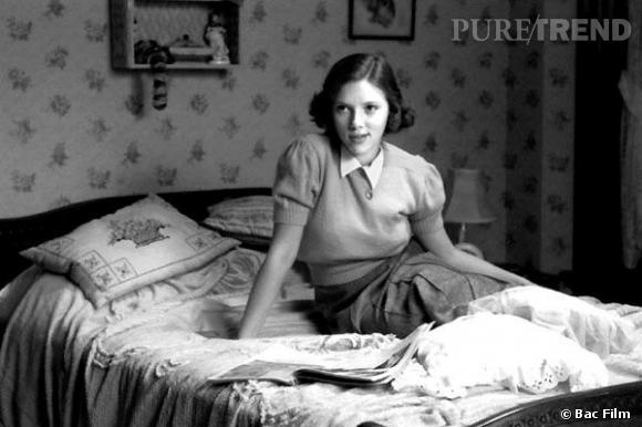 La sublime Scarlett Johansson dans le film The Barber/ L'Homme qui n'était pas là, adopte un look preppy. Tee-shirt aux manches bouffantes, petit col blanc et jupe droite, elle est magnifique.