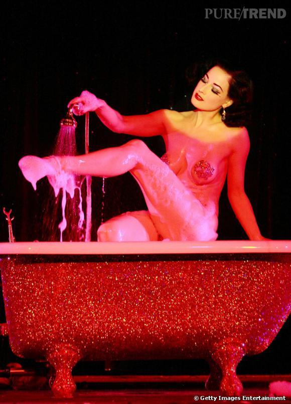 Avec Dita, la baignoire devient tout de suite beaucoup plus sexy.