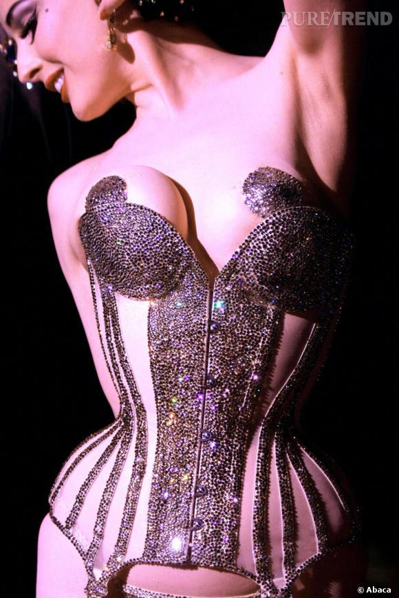 Le corset, le seul vêtement autorisé sur scène.
