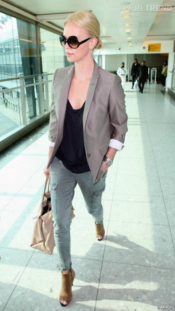 Charlize Theron à l'aéroport de Londres.