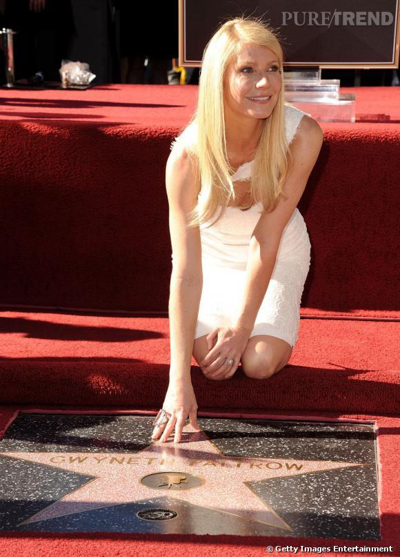 Gwyneth Paltrow, belle et élégante enfile une jolie robe blanche pour la cérémonie.