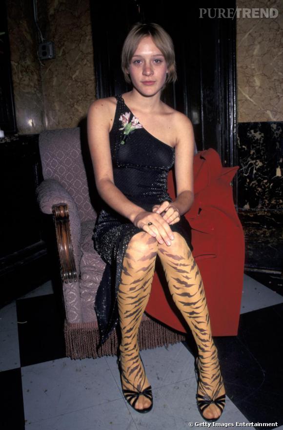 """1996 : Chloë Sevigny a été révélée par le film Kids de Larry Clark et question look, elle mixe robe one-shoulder à franges et collants """"tigre"""", tout est dit."""
