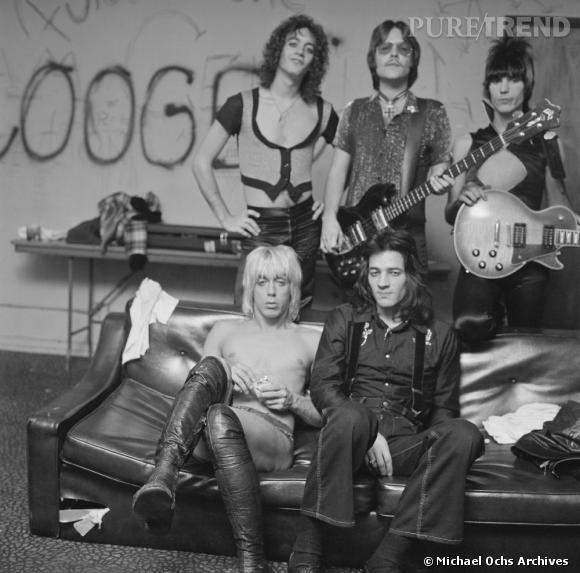 """Iggy Pop and The Stooges se la jouent punk et décalés côté style et marquent les esprits avec leur tube """"Search and Destroy"""" en 1973."""