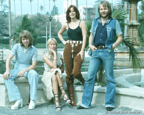Encore un brin hippies, les membres du groupe Abba dégainent déjà les bottes à plateformes.