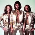 Si les Bee Gees se produisent en combinaisons dorées, en échange ils se montrent ultra virils côté poitrail...