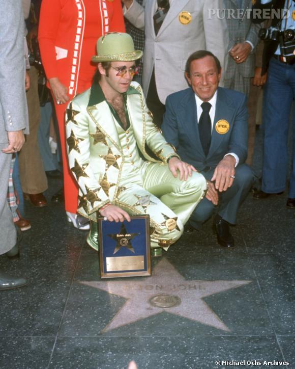 En 1975, Elton John se met sur son 31 pour inaugurer son étoile sur le Walk of Fame.