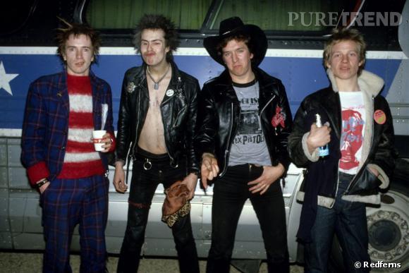Ambassadeur du mouvement punk en Angleterre, les Sex Pistols sont le symbole de toute une génération. Sid Vicious (le second en partant de la gauche) en est son porte-parole.
