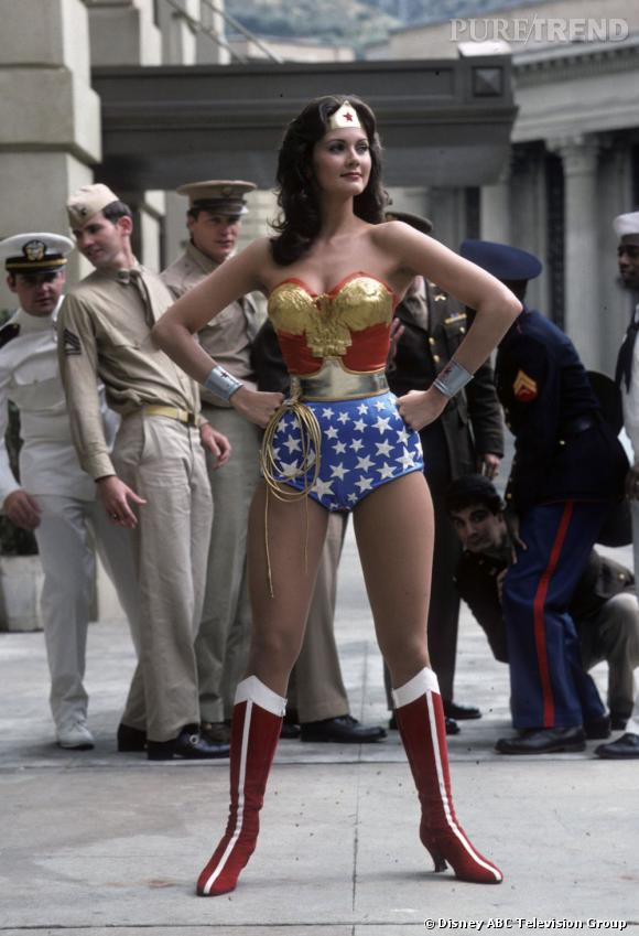 En 1975, Lynda Carter interprète un super héros ultra sexy, Wonder Woman.