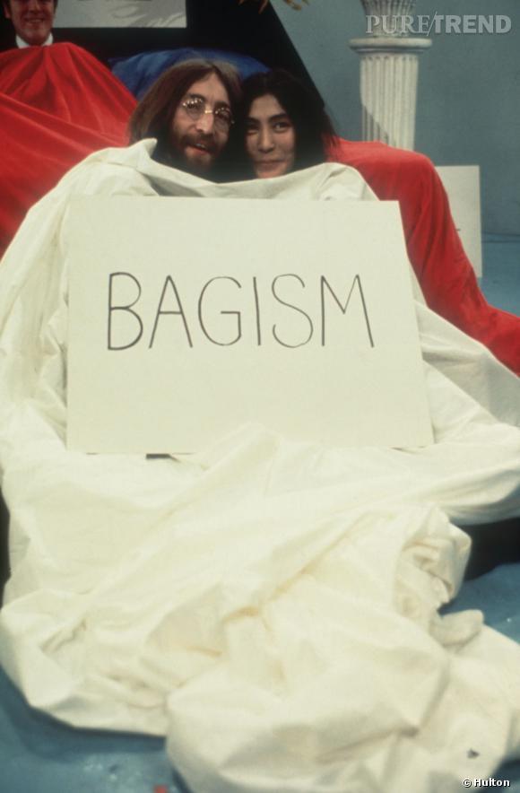 En 1975, John Lennon et Yoko Ono font perdurer le mouvement hippie en protestant pour la paix.