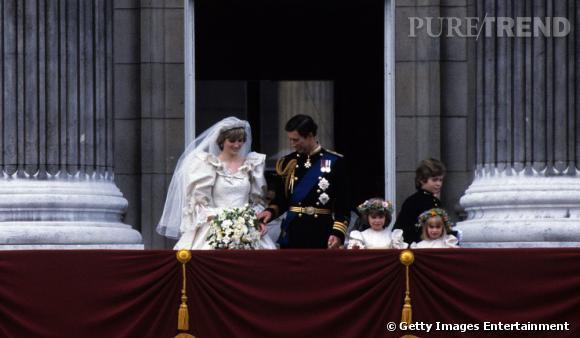 Plus traditionnelles à l'époque, les jeunes mariés se tiennent timidement la main.