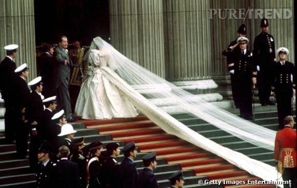 De son côté, Lady Diana voit les choses en grand. Une immense traine tombe subtilement le long des escaliers qu'elle monte. Bluffant.