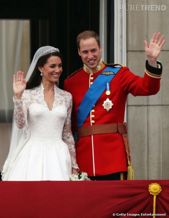 Le salut au balcon :  souriants et complices, voici un mariage princier version glamour et moderne.