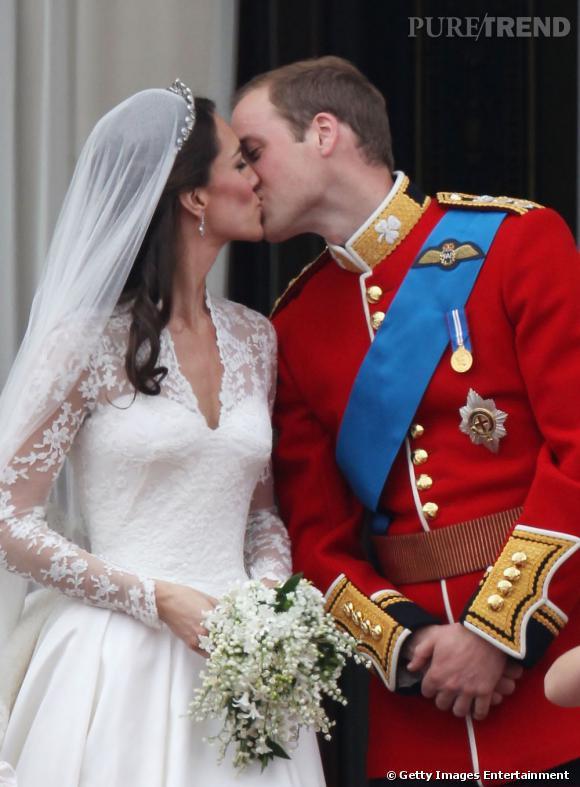 Le baiser :  timide mais touchant, le baiser de Kate Middleton et du Prince William était très attendu sur la place de Buckingham Palace.