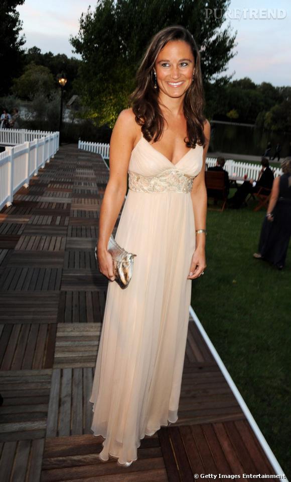 Pippa Middleton en longue robe rose poudré, le décolleté bien présent. Sexy et chic, elle ne manque pas de séduire.