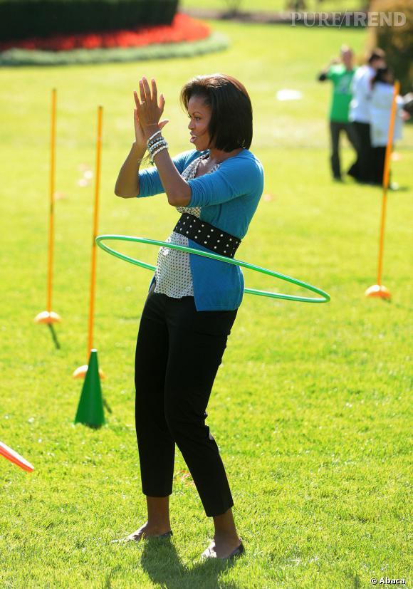 Michelle maîtrise le hula hoop comme personne.