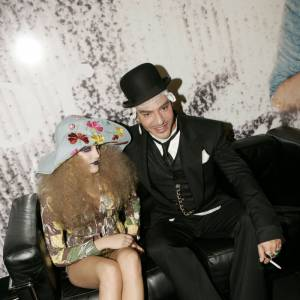 Riley et John Galliano en backstage du défilé christian Dior printemps-été 2005.