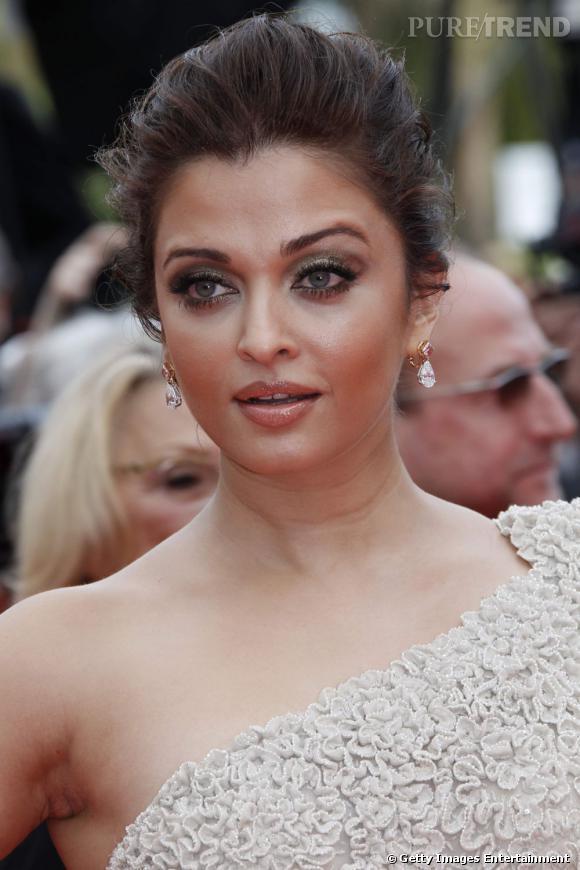 Cannes : les plus beaux make-up du mercredi 11 mai Aishwarya Rai Bachchan est sublime. Elle mise sur un teint lumineux et un smoky eyes ponctué de pigments verts, irradié d'or. L'oeil s'entoure d'un trait de crayon noir, le sourcil se redessine, la bouche s'illumine de paillettes.