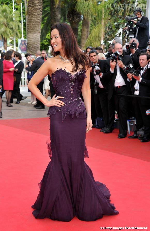 Cannes 2011 : l'actrice Gong Li porte son choix sur une robe fourreau prune Roberto Cavalli.