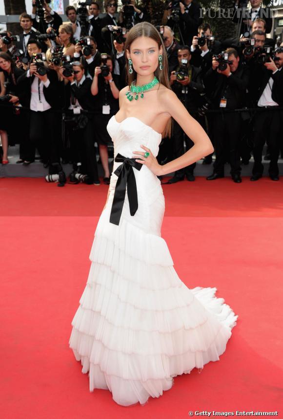 Cannes 2011 : le mannequin Bianca Balti opte pour une robe Alberta Ferretti, toute en froufrous.