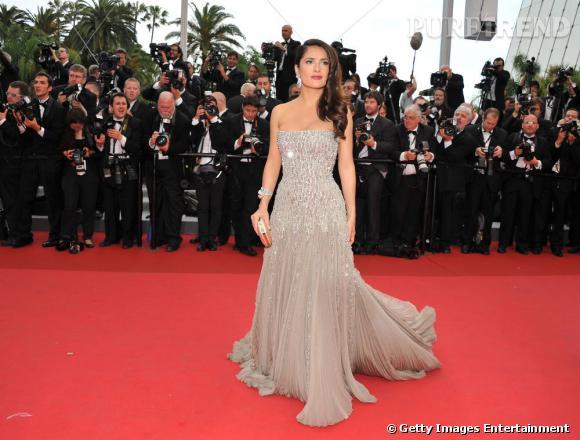 Cannes 2011 : pour la montée des marches, Salma Hayek-Pinault porte une robe Gucci Première bustier en satin de soie brodé champagne.